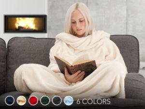 kvinde læser bog med varmt tæppe