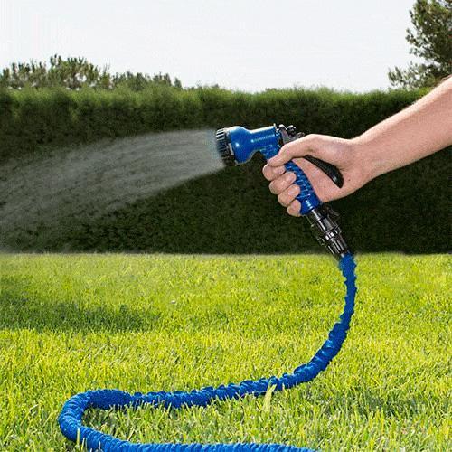 blå haveslange der sprøjter vand