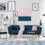 indret stuen med blå sofa